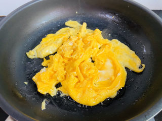 黄瓜木耳炒鸡蛋,待表面凝固划散