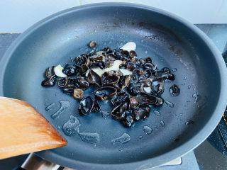黄瓜木耳炒鸡蛋,小火翻炒两分钟