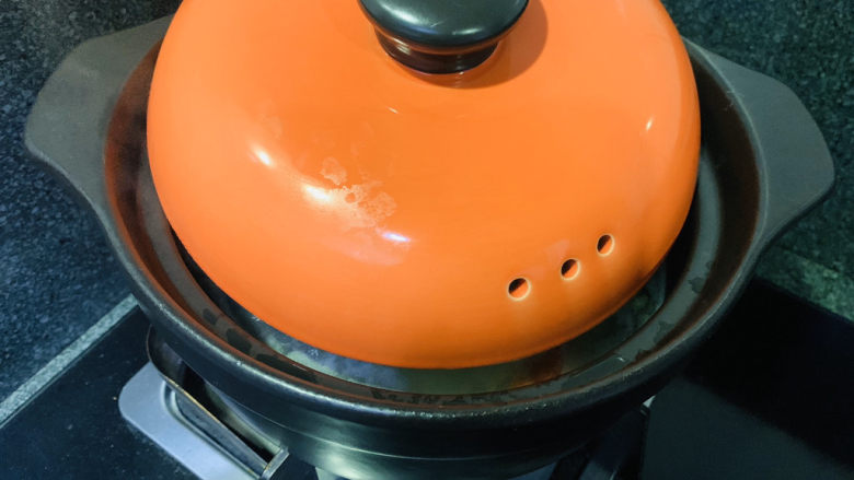 鲜虾砂锅粥,中小火熬粥,锅盖盖住一半,避免溢出;