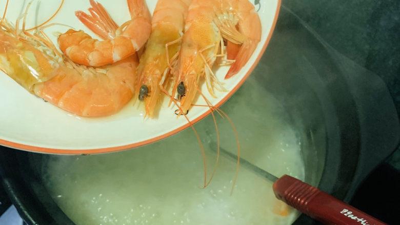 鲜虾砂锅粥,这时把灼水完的虾,倒入大虾里,开大火,再煮开一会;