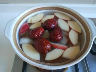 苹果雪梨汤,放入大枣加入冷水烧开。