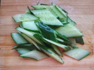 黄瓜木耳炒鸡蛋,把黄瓜全部切成菱形片儿
