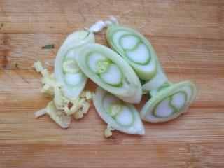 黄瓜木耳炒鸡蛋,葱切片儿,姜切碎