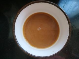 黄瓜木耳炒鸡蛋,小碗中放入一勺生抽,半勺醋,少量糖,适量盐,两勺淀粉,适量清水。调成调料汁