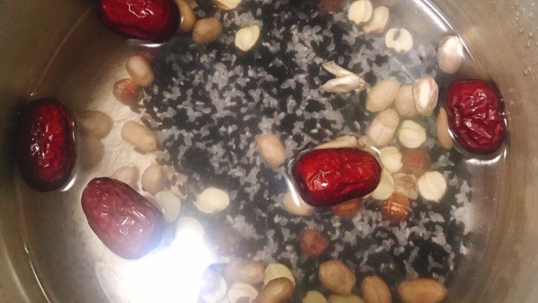 红枣黑米粥,加入适量清水浸泡过夜