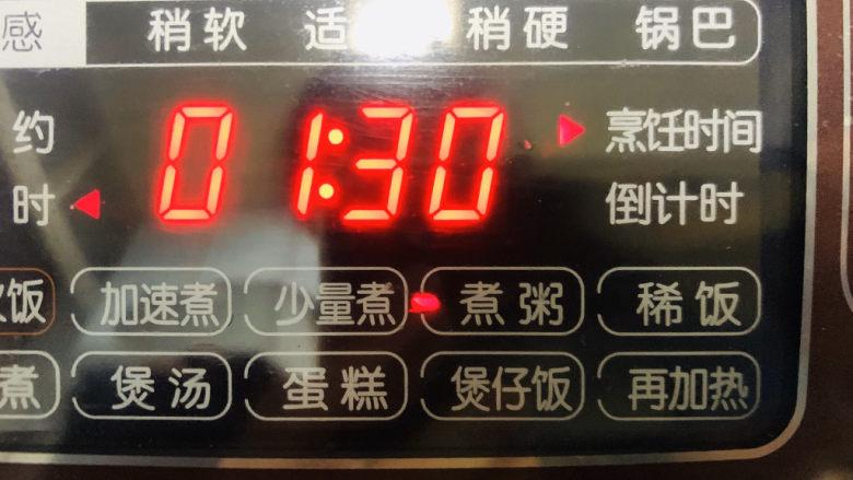 红枣黑米粥,把电饭煲调到煮粥健;