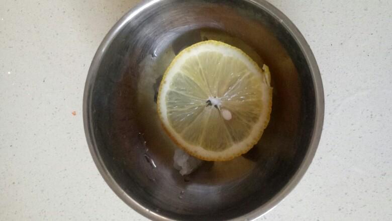 鲜虾砂锅粥,将虾放入碗中,加入一片柠檬腌制15分钟