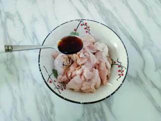香菇板栗鸡块,加入1勺生抽