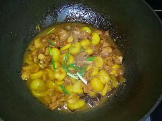 香菇板栗鸡块,转小火煮15分钟,大火收汁,放入香葱段翻炒均匀即可