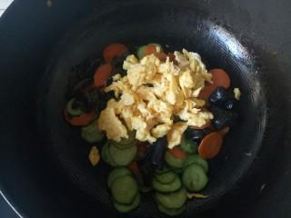黄瓜木耳炒鸡蛋,加入鸡蛋,翻炒均匀即可