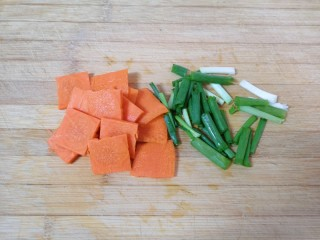 黄瓜木耳炒鸡蛋,小葱切成段,胡萝卜切成片。