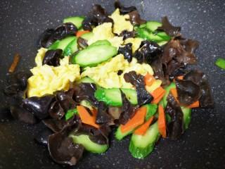 黄瓜木耳炒鸡蛋,下入炒熟的鸡蛋翻炒均匀。