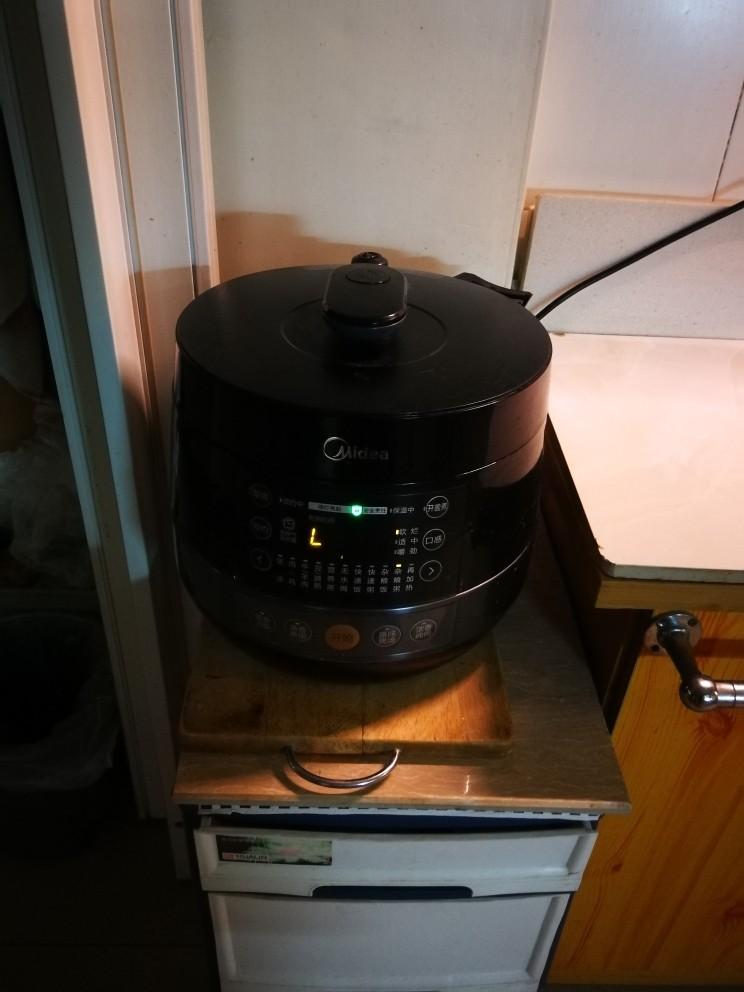 红枣黑米粥,打开压力锅煲粥功能 压力锅开始工作