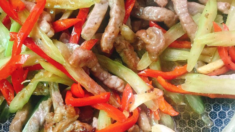 西芹炒牛肉,拌匀出锅