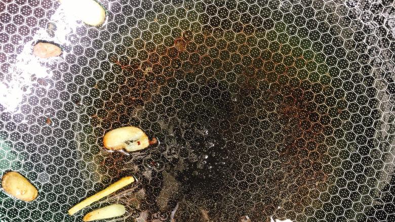 西芹炒牛肉,锅中留油
