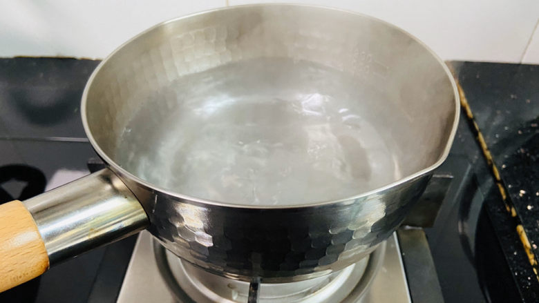 鲜虾砂锅粥,锅中加入800ml饮用水大火烧开