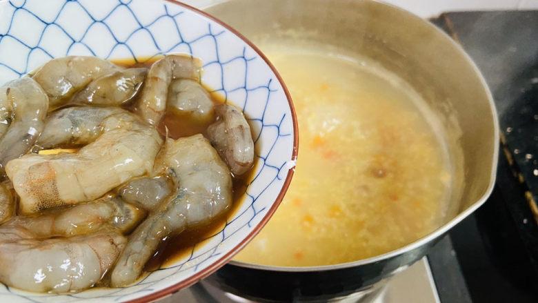 鲜虾砂锅粥,倒入腌制好的虾仁
