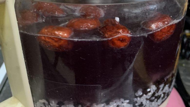 红枣黑米粥,煮