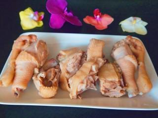 盐水鸡,出锅装盘直接食用。