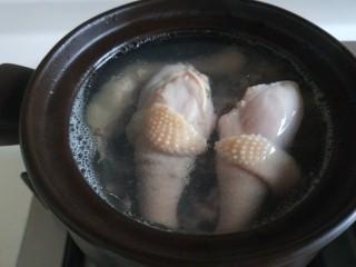 盐水鸡,倒入砂锅大火烧开。