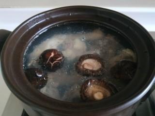 盐水鸡,加入盐炬鸡粉,加入香菇,小火慢炖一小时左右。