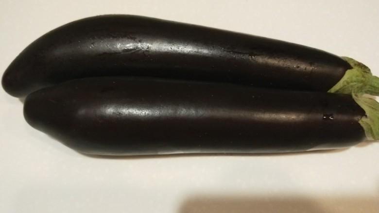 烧茄子,不用去皮洗干净直接切四条,在切成小段,倒入干淀粉抓均匀。