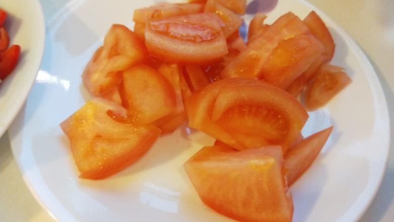 烧茄子,番茄洗干净切块。