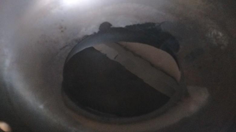 烧茄子,锅中倒入适量油。