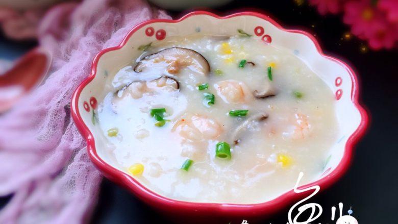鲜虾砂锅粥,盛入碗中,喝粥吧