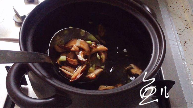 鲜虾砂锅粥,炒匀的香菇放入砂锅中,添适量清水