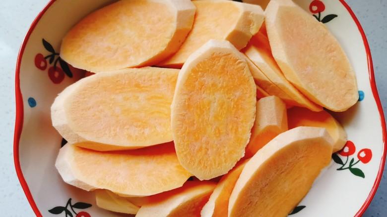 红薯圆子,准备两个<a style='color:red;display:inline-block;' href='/shicai/ 2585'>红薯</a>洗干净削皮,切成片放入盘中,凉水上锅蒸10~15分钟熟透备用