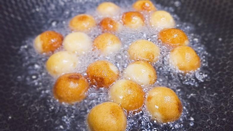红薯圆子,锅里倒入食用油,等油温4成热时把圆子顺着锅边放进去炸,开始可以晃动一下锅,炸至圆子定型再轻轻的搅动,让每个圆子都受热均匀,不会粘锅,全程开小火慢炸。