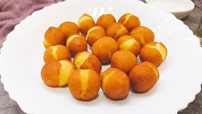 红薯圆子,好了,出锅装盘,这道软糯香甜的红薯圆子就做好了