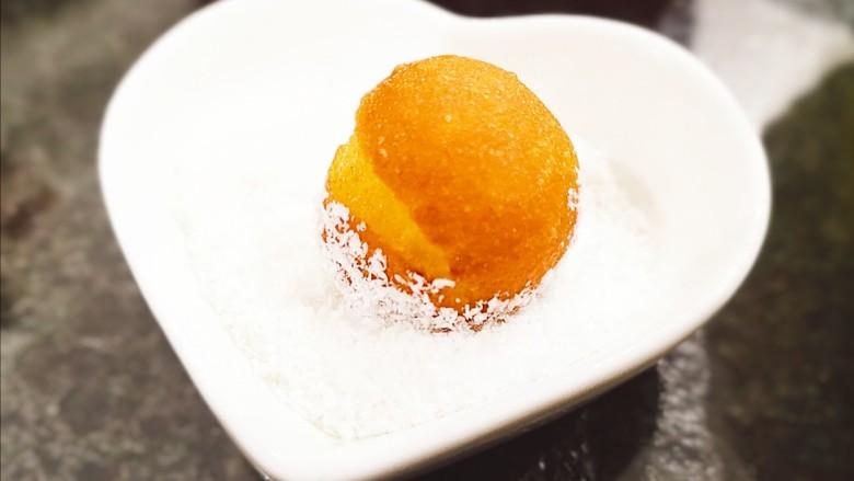 红薯圆子,炸好的红薯圆子可以蘸着椰蓉吃,口味更佳。