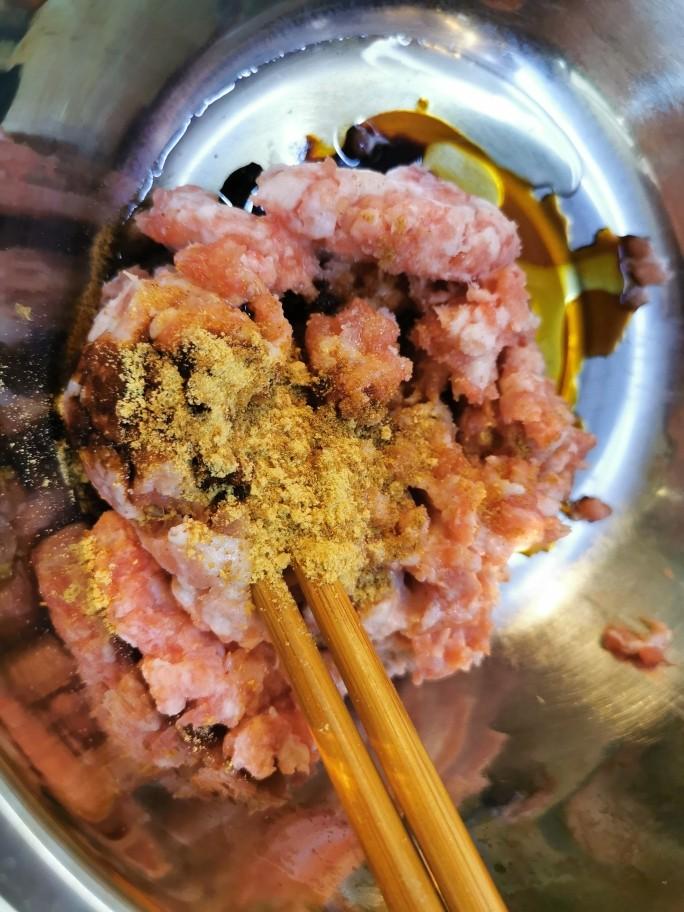 猪肉白菜包子,搅拌均匀