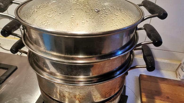 猪肉白菜包子,蒸20分钟后,盖盖子闷三四分钟