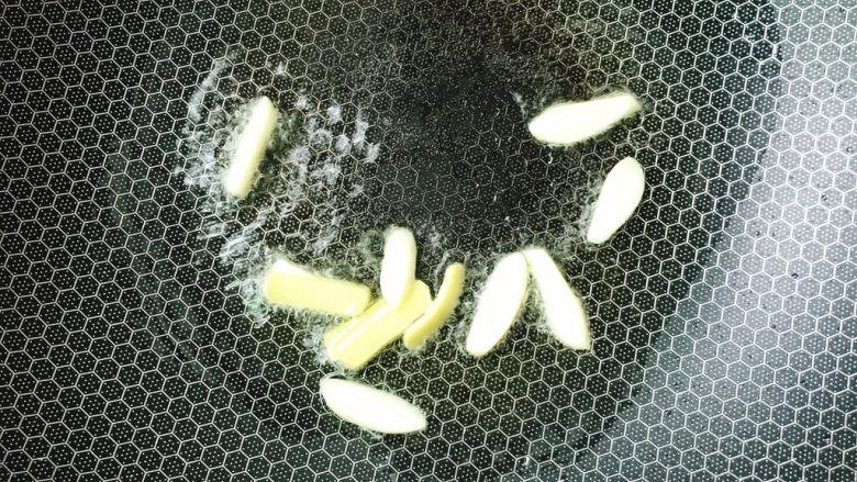 丝瓜肉片,放入姜蒜炒香