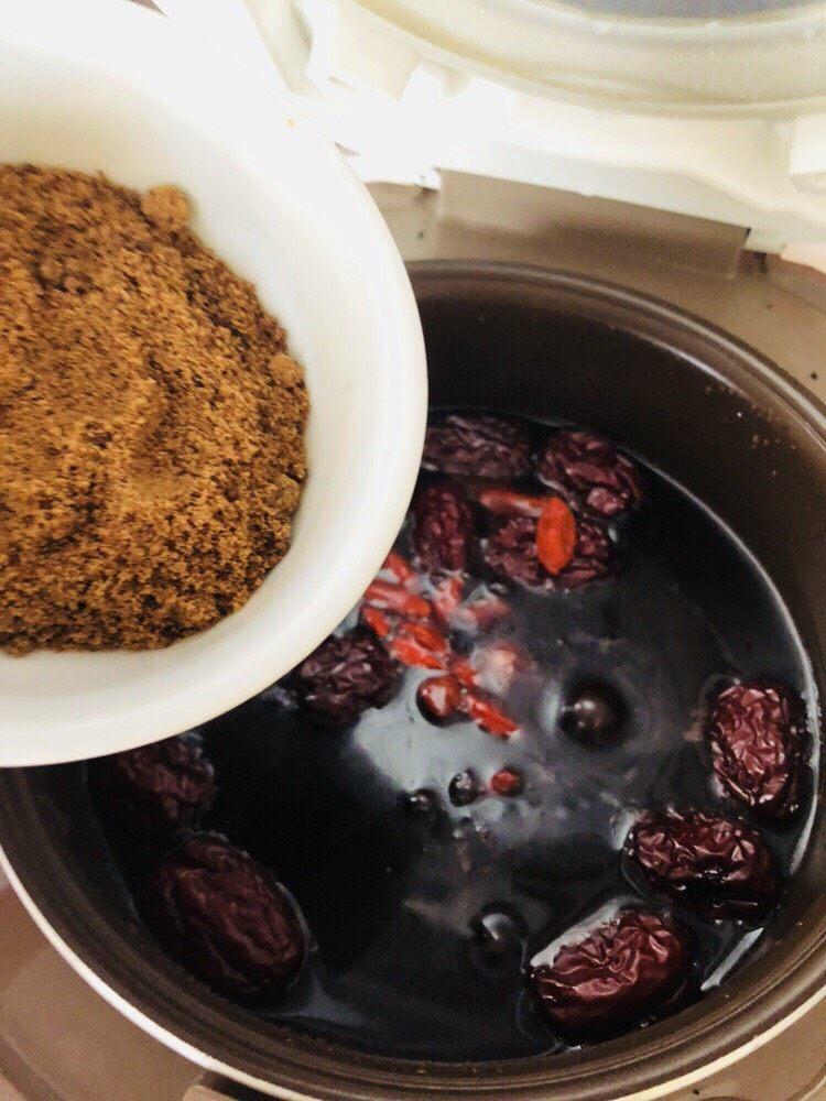 红枣黑米粥,熬煮一个半小时后加入红糖和枸杞,搅拌均匀