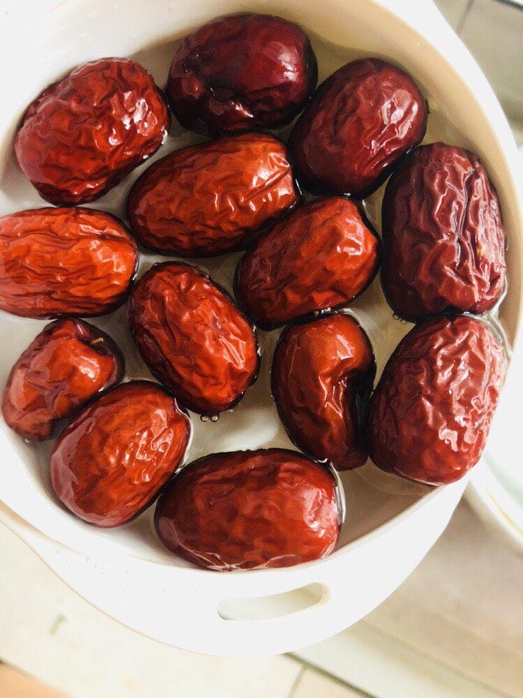红枣黑米粥,将红枣洗净后浸泡二十分钟。
