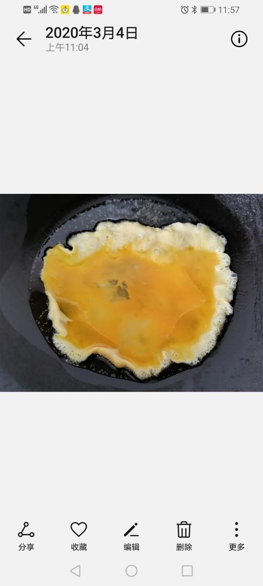 鸡蛋西红柿打卤面,将蛋液倒入锅内