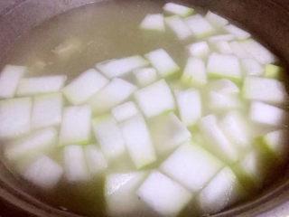 羊骨头汤,羊排煮成七分熟放入冬瓜块大火煮15分钟即可