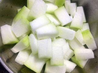 羊骨头汤,冬瓜切成块状备用