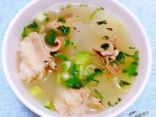 羊骨头汤,葱花和香菜放入碗中冬瓜羊骨头汤盛入碗中烫熟葱花和香菜这样味道更加鲜美