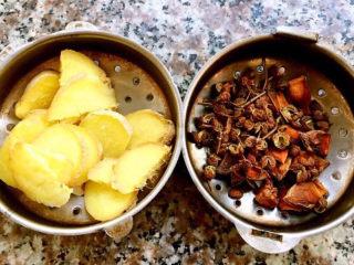 羊骨头汤,姜切片、花椒和八角放入调味盒中