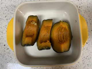 彩色饺子(宝宝辅食),首先准备面团的材料,把南瓜和胡萝卜蒸熟后打成泥