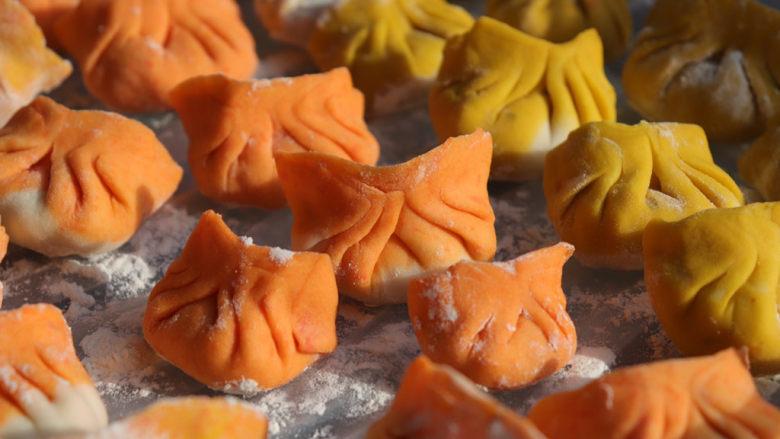彩色饺子(宝宝辅食),饺子一顿吃不完的话,放冰箱冷冻起来,下次煮的时候不需要解冻,直接放到开水里煮熟透就可以了