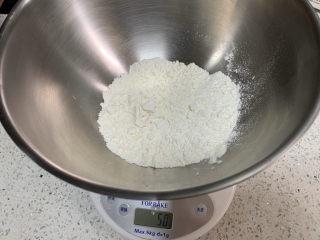 彩色饺子(宝宝辅食),先做南瓜面团,称取50g面粉