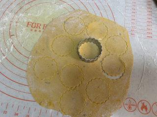 彩色饺子(宝宝辅食),剩下多余的饺子皮铺上面粉防粘,擀成薄片,压出花型
