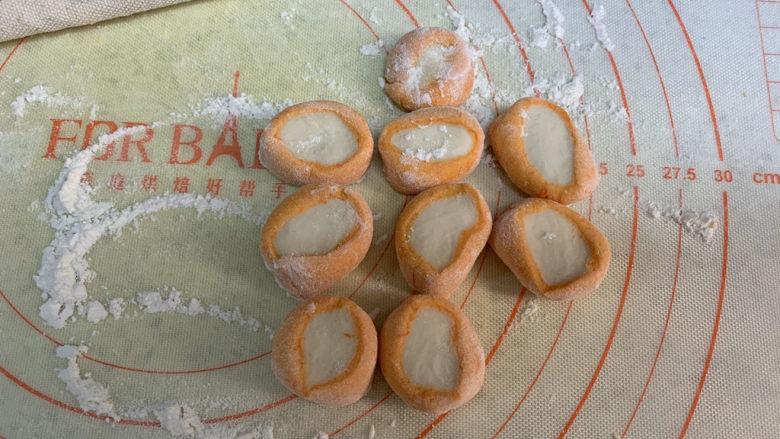 彩色饺子(宝宝辅食),同样切成小剂子,中间颜色形状不太圆,但是包好的饺子并不明显
