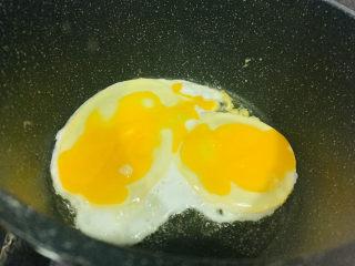 鸡蛋西红柿打卤面,锅里加少许油,大火,油温五层热,鸡蛋直接打入,一面先煎熟;